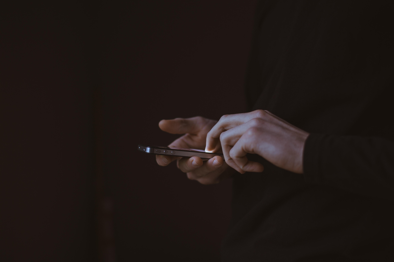 smart phone use_adWhite